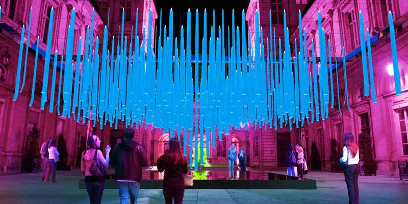 Vue de la cour haute de l'Hôtel de Ville de Lyon avec la suspension monumentale © CNRS, Éric Michel, Adagp Paris 2015 & Akari Lisa Ishii (ICON). Visuel Alban Perret
