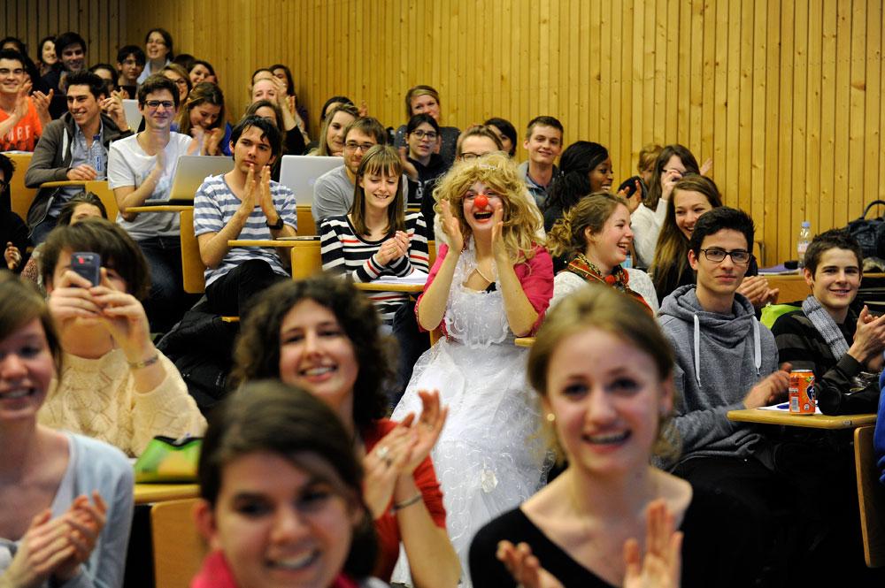 Rencontre entre des étudiants de santé et des clowns © Eric Le Roux